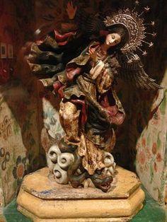 La Virgen de Quito, también conocida bajo los nombres de Virgen del Apocalipsis, Virgen alada, Virgen bailarina y Virgen de Legarda.1 Es una escultura de madera de 30cm de alto, obra del artista quiteño Bernardo de Legarda, que se ha convertido en la mayor representante de las piezas creadas en el marco de la escuela quiteña, que se desarrolló en la capital ecuatoriana durante la época colonial, y que adquirió gran prestigio mundial. http://es.wikipedia.org/wiki/Virgen_de_Quito