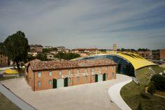 Modena è terra di Motori! L'ufficio Informazione turistica di Modena è a disposizione dei visitatori per informazioni sui luoghi dei motori: Museo Enzo Ferrari,  Museo Ferrari di Maranello, collezioni private d'auto d'epoca,fabbriche, autodromi... iatmo@comune.modena.it