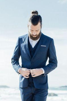 Venez découvrir notre costume de mariage bleu réalisé sur mesure et créé exclusivement pour la Collection Special Day 016 - Ocean Rd.