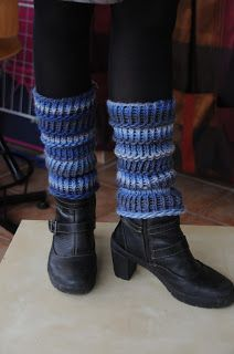 Du bout des doigts, tricotin géant : guêtres Guêtres Au Crochet, Bonnet Crochet, Crochet Patron, Altered Couture, New Hobbies, Loom Knitting, Leg Warmers, Wool, Tejidos