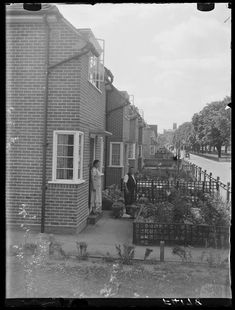 a council estate in Hanwell, West London, taken in July 1937 by Edward G Malindine for the Daily Herald. Vintage London, Old London, West London, London House, London Street, Council Estate, Science Museum, Built Environment, Historical Pictures