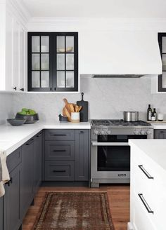 Kitchen renovation An urban artistic kitchen with contrasting elements Home Luxury, Luxury Houses, Gray And White Kitchen, Charcoal Kitchen, Grey Kitchen Cabinets, Two Tone Kitchen Cabinets, Two Toned Kitchen, Shaker Style Cabinets, Brown Cabinets