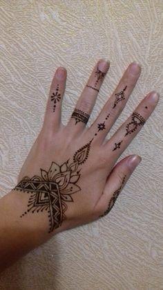 Cool Henna Tattoos, Henna Inspired Tattoos, Henna Ink, Henna Tattoo Hand, Tatoos, Cute Henna Designs, Henna Tattoo Designs Simple, Beginner Henna Designs, Beautiful Henna Designs