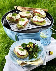 Unser beliebtes Rezept für Gefüllte Kartoffeln mit Kräuterbutter, Tomate und Mozzarella vom Grill zu Salat mit Pestodressing und mehr als 55.000 weitere kostenlose Rezepte auf LECKER.de.
