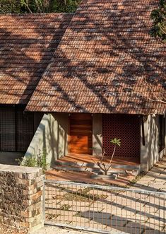 Completed in 2017 in Mannarkkad, India. Images by Ar Hamid MM. The Context More than being low budget, this house is the outcome of a realization that architecture need not be expensive and brand new. Indian Architecture, Roof Architecture, Vernacular Architecture, Low Budget House, Kerala House Design, House Entrance, Entrance Ideas, Kerala Houses, Roof Design
