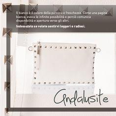 Una borsa bianca? Perfetta per sentirsi radiose e fare nuove amicizie!  http://www.caleidostore.it/it/borse-medie/41-andalusite-pochette-media.html