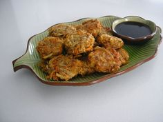 Vegetable fritters: - 100 g onions medium size onions) grated - 4 cloves of garlic, crushed - 75 g carrot medium size) grated - 140 g potatoes. Protein Recipes, Protein Foods, Fritters, Vegetable Recipes, Carrots, Potatoes, Vegetables, Ethnic Recipes, High Protein Foods