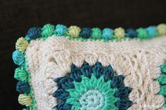 stitchydoo: Häkelkissen aus Rosie Posie Granny Squares - mit buntem Bommelstich-Rand stitchydoo: Häkelkissen aus Rosie Posie Granny Squares // granny square crochet pillow / cushion with bobble stitch edging