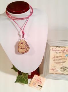 #Treibholz-Schmuck # Lederband Kette mit #Swarovski Elements auf #Treibholz nr. 1869 besonders schön geformter Treibholz #Anhänger, sieht aus wie ein Stein mit vielen rosa #Swarovski Elements-Steinen wunderschön glitzernd - an rosa# Lederkette - by #helenehoelle.de