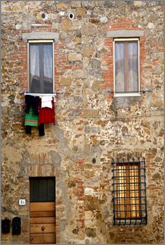 clothes drying in Tuscany