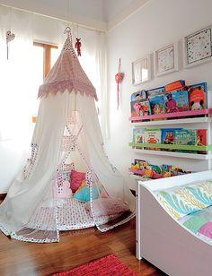 Quer coisa mais gostosa que uma cabaninha para se jogar e ler? Esta fica no quarto de Nina, 3 anos, e Luisa, 1. Projeto da arquiteta Bianca ...