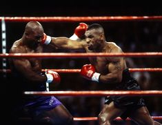 Evander Hollifield against Mike Tyson, 1996 - Classic Photo Collection of Neil Leifer Mike Tyson Quotes, Neil Leifer, Mgm Grand Garden Arena, Boxing Workout, Hbo Boxing, Boxing Training, Travel Humor, Celebrity Travel, Sport Photography