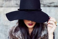 6694cd7326020 i love the black floppy hat. it s both chic and cool and gives your outfit  just a little bit more spice. Estilo Anos 70Sombreros De ...