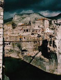 Stari Most - replacement hanging bridge. The replacement hanging bridge over the Neretva river in just after the cease-fire. Siege Of Sarajevo, Mostar Bosnia, Dangerous Roads, Travel Tours, Bosnia And Herzegovina, Where To Go, Places To See, Beautiful Places, Vacation