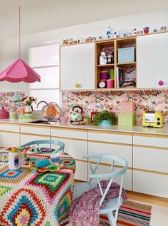 How to decorate the kitchen wall? One of the beneficial we can do is applying kitchen wallpaper. With this article will give some kitchen wallpaper ideas. Colorful Kitchen Decor, Boho Kitchen, Retro Home Decor, Kitchen Colors, Vintage Kitchen, Summer Kitchen, Kitchen Ideas, Kitchen Designs, Funky Kitchen