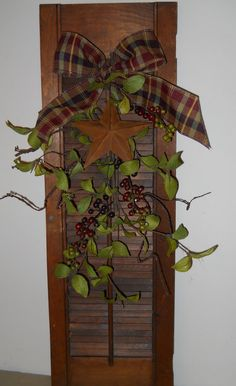 Primitive wooden shutter with rusty star ~from Country Craft House - Barn Stars / Sterne - fun craft Rustic Crafts, Country Crafts, Primitive Crafts, Wooden Crafts, Country Primitive, Decor Crafts, Home Crafts, Primitive Snowmen, Primitive Christmas
