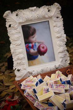 Área da Branca de Neve O bosque ... painel com foto da Beatriz e todos os detalhes da mesa. Mesa com itens personalizados mini cupcake co...