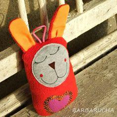 Hajánek Apolenka Autorská hračkazajíčkapro pomazlení a uspávánímalých i velkých:) Vyvedla se v různých barvách (červený recy fleece,šedý melír a žíhaná vlněná příze, oranžová a růžovofialová) a vyrostla tak akorát, aby se dětem hezky držela (17 cm na výšku). Obličejík má namalovaný barvami na látku. Je vyplněna dutým vláknem. Čumáček z ...