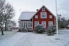 cute, i like all the little windows. The Olde Barn: Christmas in Sweden - Sweet cottage tour. Swedish Cottage, Red Cottage, Swedish House, Cozy Cottage, Cottage Style, Red Houses, Up House, Swedish Design, Red Barns