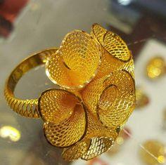 ριитєяєѕт @ мєяι ∂ιαяу ѕє αℓιzα in 2020 Gold Ring Designs, Gold Earrings Designs, Gold Jewellery Design, Gold Bangles, Gold Rings, Wholesale Gold Jewelry, Gold Jhumka Earrings, Gold Jewelry Simple, Jewelry Patterns
