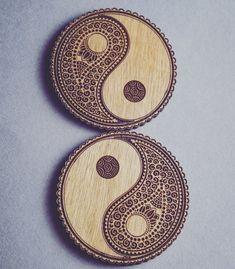 Yin Yang Wooden Coasters Set of 6 Wood Burning Crafts, Wood Burning Patterns, Wood Burning Art, Wood Crafts, Yen Yang, Wood Burn Designs, Wooden Coasters, Wooden Art, Wood Slices