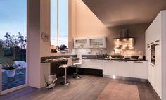 Ante dal design classico prendono forma in una cucina moderna che, nella versione con telaio total white, conferiscono alla cucina Gallery di Lube un carattere contemporaneo ingentilito dalla luminosità del bianco. Una base con due cestoni, top escluso, misura L 60 x P 60 x H 72 cm. Prezzo da rivenditore. www.cucinelube.it