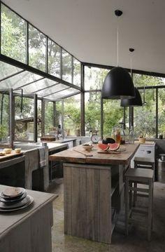 Cuisine en bois dans la véranda. http://www.m-habitat.fr/veranda/construire-une-veranda/l-amenagement-d-une-veranda-802_A