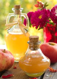 Why buy commercial apple cider vinegar? Making apple cider vinegar at home is easy with this step-by-step guide. Enjoy the many benefits of apple cider vinegar diet, lose weight and stay healthy. Make Apple Cider Vinegar, Apple Cider Vinegar Remedies, Home Remedies, Natural Remedies, Sinus Remedies, Herbal Remedies, Vinegar Weight Loss, Vinegar Uses, Vinegar Hair