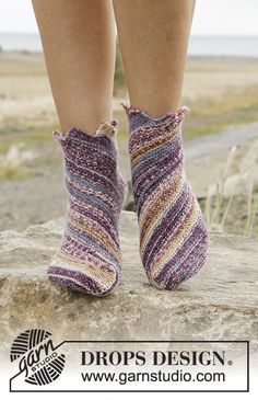 Knitted DROPS socks in garter st worked diagonally in Fabel. Free pattern by DROPS Design. Knitted Slippers, Crochet Slippers, Knit Crochet, Knitting Patterns Free, Free Knitting, Free Pattern, Scarf Patterns, Drops Design, Magazine Drops