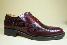 #scarpe  in pelle lucida spazzolata con tradizionali bucature all'inglese