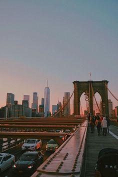 Brooklyn Bridge bei Sonnenuntergang, New York. Brooklyn Bridge bei Sonnenuntergang, New York. Brooklyn Bridge, New York Bridge, Brooklyn City, Brooklyn New York, Brooklyn Brownstone, City Aesthetic, Retro Aesthetic, Travel Aesthetic, Building Aesthetic