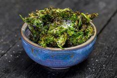 Grönkålschips är så himla enkelt att göra och det blir ännu godare med finriven parmesan på toppen. Vi lovar att du kommer hålla med.