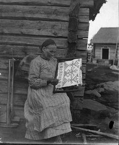 """Marppa Martiskainen embroidering a ritual towel, """"käspaikka"""", in Ilomantsi, Karelia"""