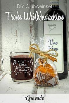 """DIY Glühweinset. Ein Glühwein Set ist ein tolles Geschenk zu Weihnachten.Perfekt zusammen mit unserem Glühwein Glas mit dem lustigen Spruch """"Fröhliche Wei(h)nachten"""" und persönlicher Gravur! Dieses Geschenkset lässt sich ganz einfach basteln. Zimtstangen, kandierte Orangen, Nelken und Sternanis in einer Geschenktüte dekorieren und zusammen mit einer leckeren Flasche Wein und unserer Glühwein Tasse verschenken! Das Set ist eine schöne Geschenkidee zu Weihnachten für Frauen und Männer!"""