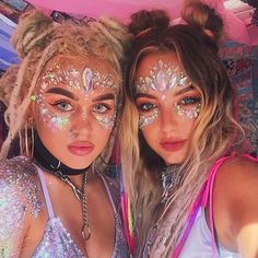 The best place for festival fashion inspriation and festival outfits. The one stop shop for raves and festival clothing ideas and links. Music Festival Makeup, Festival Makeup Glitter, Music Festival Outfits, Music Festival Fashion, Glitter Makeup, Glitter Lips, Wireless Festival Outfits, Boomtown Festival Outfits, Glitter Art