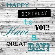 Felicitatiekaart voor een verjaardag met een houten achtergrond en verschillende lettertypes in groen antraciet en zwart.