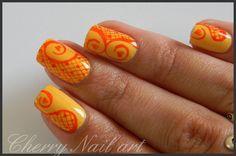 nail art arabesques coeur et resille a la plume