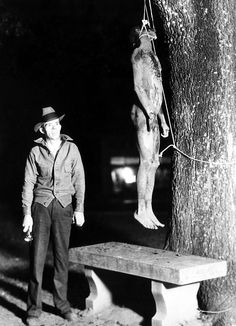 Florida lynching of Claude Neal, African American man reported to have confessed to attacking and murdering 23 year old Miss Lola Cannidy. Marianna, Florida, October 29, 1934. CSU Archives/Courtesy Everett Collection