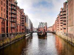 Barrio de almacenes de Hamburgo que ha conseguido ser declarado Patrimonio de la Humanidad. Imagen cortesía de Hamburg Marketing GmbH, autor.- Christian Spahrbier. Señala encima de la imagen para verla más grande.