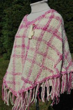 poncho lana oveja color rosa y beige  lana de oveja telar cuadrado
