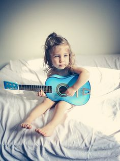 sooo cute, if I ever have a granddaughter, I know she will play the guitar.