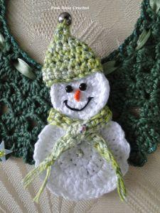 Centrinho Guirlanda1 c Boneco de Neve Crochet Snowman Crochet Christmas Decorations, Crochet Christmas Ornaments, Christmas Crochet Patterns, Holiday Crochet, Snowman Diy, Crochet Snowman, Snowmen, Crochet Crafts, Yarn Crafts
