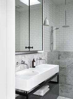 Minimalistic bathroom by Mim Design. Photo by Sharyn Cairns. Robinet et lavabo rond. Bathroom Interior Design, Home Interior, Modern Interior Design, Interior Designing, Mim Design, Deco Design, Minimal Bathroom, Small Bathroom, Bathroom Sinks