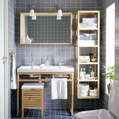 Usar módulos de madeira é uma solução bonita e barata. A estante vazada permite que se veja melhor os produtos de beleza. Organizar por tipo...
