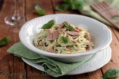 Primo piatto facile cremoso e gustoso che si prepara con pochi e semplici passaggi di spaghetti al pesto con tonno e ricotta .