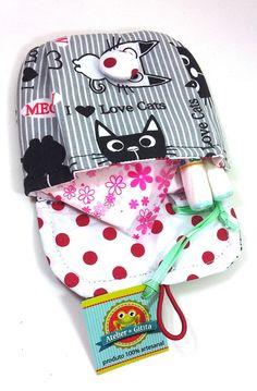 Porta absorvente, lenços ou remedinhos, em tecido 100% algodão e fechamento com botão magnético.