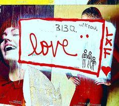 LOVE :-) la vie est un sommeil l'amour est un rêve et vous aurez vecu si vous avez aimé Alfred de Musset #cityoflove#parisianphoto#parismonamour#poésie#poesieurbaine#urbanpoetry#streetphotography#streetartparis#streetartist#paris#love#amour#frenchpoesie#streetstyle#street#mots#