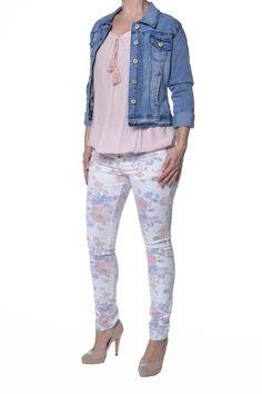 #Spijkerjasje van het merk #Vs.Miss. De lange mouwen van het #jasje kun je speels oprollen.