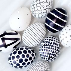 Easter just got a little more mod! A black Sharpie is the only tool you need to create these eggs in whatever bold graphic you like. - DIY - OSTERN Eier färben und bemalen - Home Renovation Hoppy Easter, Easter Eggs, Easter Art, Easter Decor, Easter Bunny, Sharpie Eggs, Sharpies, Sharpie Markers, Sharpie Crafts