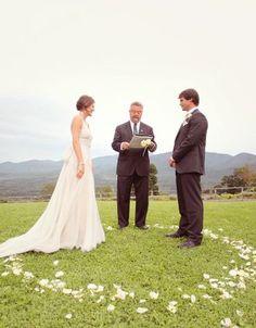 Ein Kreis aus Blütenblättern bei einer Trauung im Freien – flower petal circle at an outdoor wedding ceremony _ www.weddingstyle.de